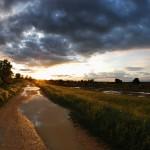 Tramonto dopo temporale, argine fiume Adige (foto di Stefano Lorenzi)